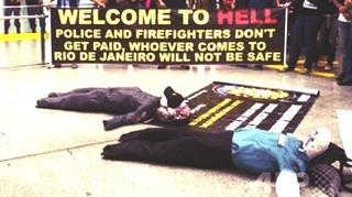 「地獄へようこそ」、リオ警察が空港で抗議デモ 観光客困惑2.jpg